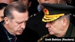 Başbakan Erdoğan, 2010 yılında bir cenazede dönemin Genelkurmay Başkanı İlker Başbuğ'la