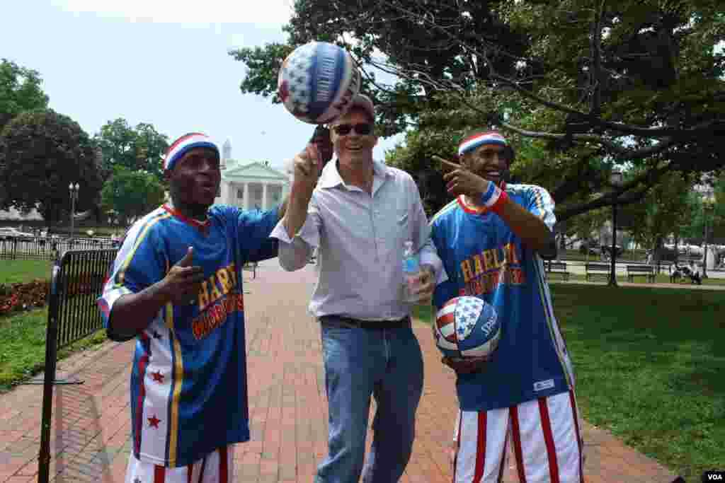 Los dos integrantes de los Globetrotters aprovecharon para enseñarle sus trucos y piruetas a los transeúntes frente a la Casa Blanca, el miércoles 29 de mayo.