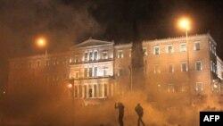 Parlamenti grek miratoi një paketë të re për shkurtimin e shpenzimeve dhe të vendeve të punës