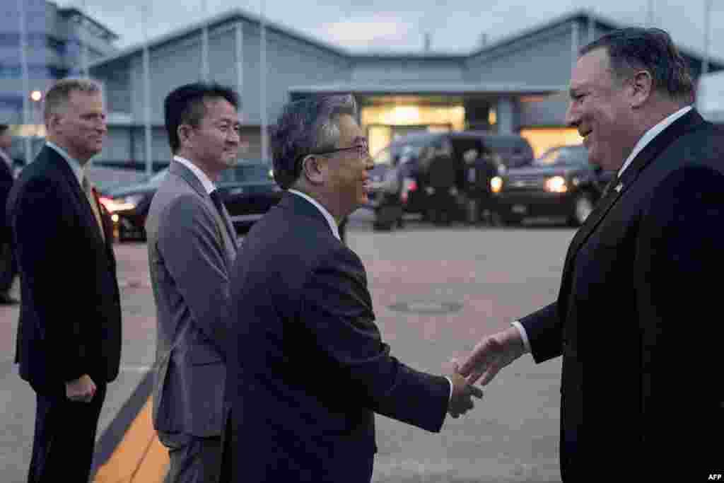 استقبال از مایک پمپئو، وزیر خارجه آمریکا توسط مقامات دیپلماتیک ژاپن در فرودگاه هانهدا توکیو