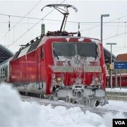 Salju besar menutupi stasiun kereta Halle di Jerman timur.
