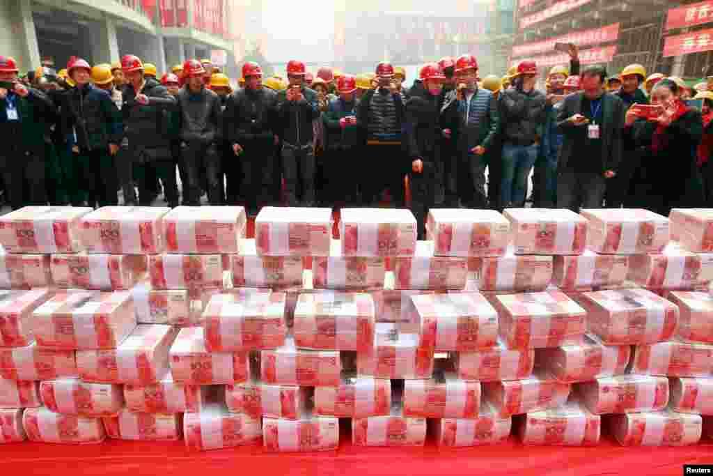 Para pekerja migran menunggu pembagian gaji dan bonus di sebuah perusahaan konstruksi di Xi'an, Shaanxi, China.