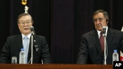Bộ trưởng Quốc phòng Mỹ Leon Panetta và Bộ trưởng Quốc phòng Nhật Bản Satoshi Morimoto trong cuộc họp báo chung tại Bộ Quốc phòng ở Tokyo, ngày 17/9/2012
