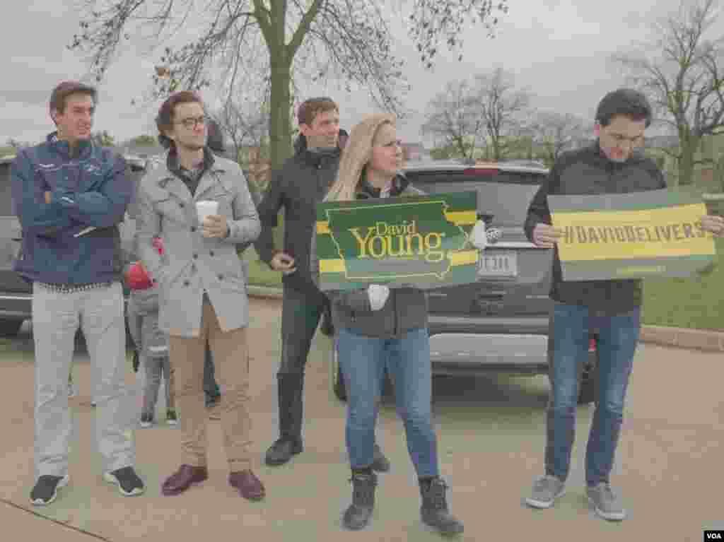 国会第三选区现任共和党众议员大卫·杨(David Young)遭遇到民主党对手的强劲挑战,他与竞选团队一起马不停蹄走访主要社区与选民见面、交流 (美国之音方正拍摄)