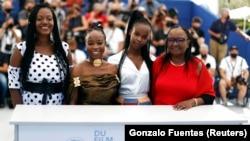 "Film ""Lingui"" (dalam kompetisi - Cannes, Prancis, 9 Juli 2021. Pemeran Achouackh Abakar, Rihane Khalil Alio, Bria Gomdigue dan Hadje Fatime NGoua berpose. (Foto: REUTERS/Gonzalo Fuentes)"