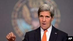 """""""Cualquier acción para hacerse con el poder por métodos no legales le costará a Afganistán el apoyo de EE.UU."""", dijo Kerry."""