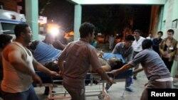 Korban ledakan bom di Khanaqin, Irak, dibawa ke rumah sakit Sulaimaniya (28/4).