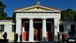 Para pengunjung dan polisi berkumpul di depan museum antik di Ancient Olympia (17/2). Puluhan artifak dijarah perampok dari Museum ini.