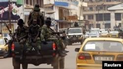 Des soldats centrafricains en patrouille à Bangui (7 janvier 2013)
