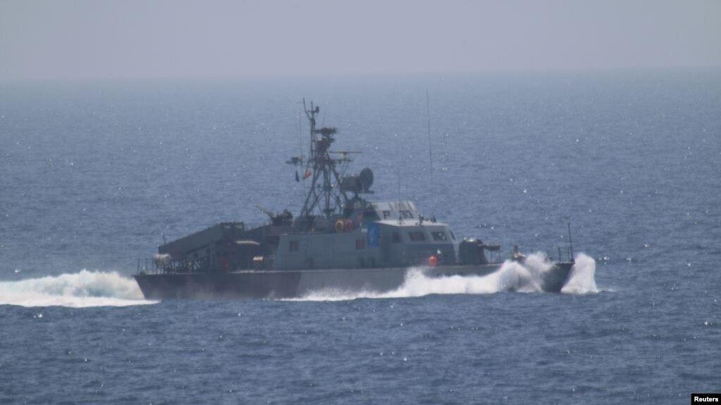 Một trong 5 tàu của Lực lượng Vệ binh Cách Mạng Iran đã tiến gần một chiến hạm chở các tướng lãnh hàng đầu của Mỹ đi quan sát eo biển Hormuz, ngày 11/7/2016.