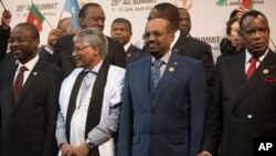 Sudanese president Omar al-Bashir, second from right, stands with other African leaders during a photo op at the AU summit in Johannesburg, June 14, 2015.
