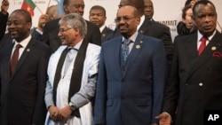 2015年6月14日约翰内斯堡非盟首脑会议: 苏丹总统奥马尔·巴希尔(右二)与其他非洲领导人站在一起