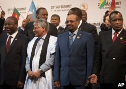 FILE - Sudanese president Omar al-Bashir, 2nd from right, stands with other African leaders during a photo op at the AU summit in Johannesburg, June 14, 2015.