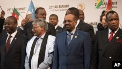FILE - Sudanese president Omar al-Bashir, second from right, stands with other African leaders during a photo opportunity at the African Union summit in Johannesburg, June 14, 2015.