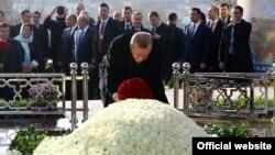 Turkiya Prezidenti Rajab Toyib Erdog'an Islom Karimov qabriga gul qo'ymoqda, Samarqand, O'zbekiston, 18-noyabr, 2016-yil.
