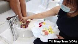 Khách làm móng được ngâm chân trong nước hoa tại tiệm Studio 18 Nail Bar