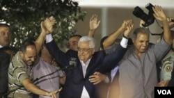 2013年8月14日巴勒斯坦民族權力機構主席馬哈茂德•阿巴斯在約旦河西岸城市拉馬 拉與獲釋的巴勒斯坦人拉手