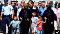 2012年9月13日擔任聯合國特別特使的荷里活影星安琪蓮娜祖麗(第二排中)在土耳奇探望該處的敘利亞難民