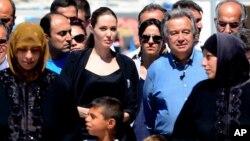 Diễn viên điện ảnh Angelina Jolie, đặc sứ của cơ quan tị nạn Liên hiệp quốc và Cao ủy trưởng Cao ủy Tị nạn Liên hiệp quốc đến thăm trại người Syria tị nạn ở Kilis, Thổ Nhĩ Kỳ