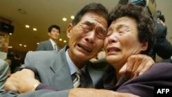 Встреча брата и сестры. Северная Корея. 2002г.