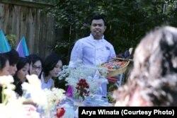 Chef sushi, Rahman Pananto, melayani para tamu di sebuah pesta di Maryland (foto/dok: Arya Winata)
