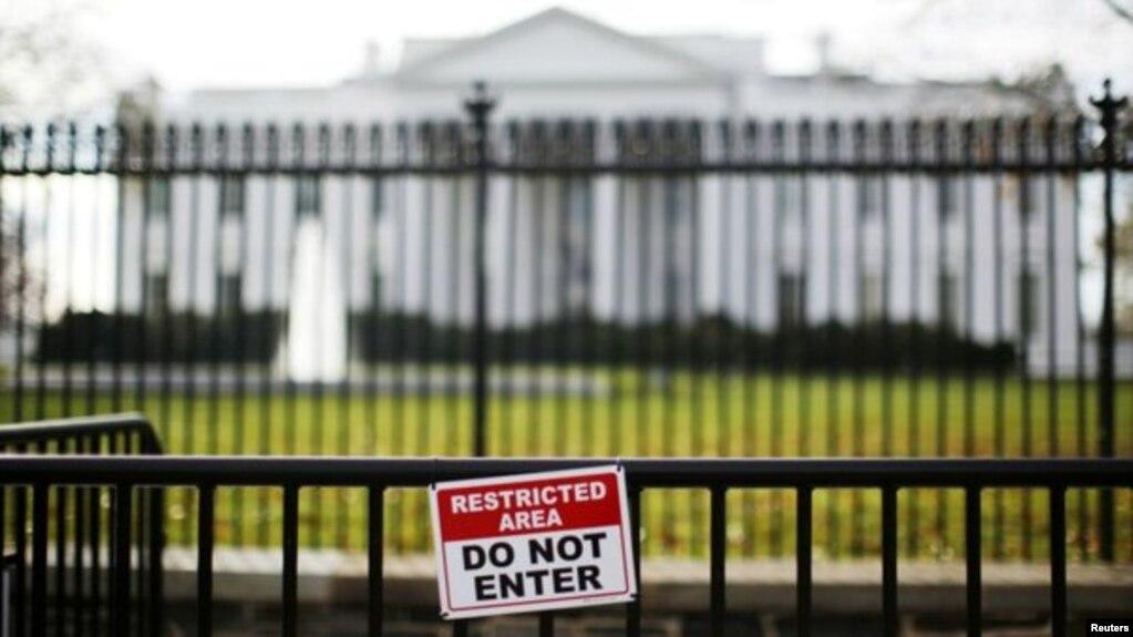 Un conductor fue detenido junto a la Casa Blanca tras afirmar que llevaba una bomba. Y un hombre saltó sobre un portabicicletas frente a la Casa Blanca para acceder a la valla que protege la residencia presidencial.