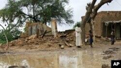 Des sinistrés nigériens près de leurs maisons