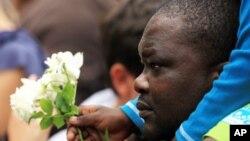Beberapa warga Afsel antri untuk meletakkan bunga sebagai tanda belasungkawa di depan bekas rumah Nelson Mandela di Johannesburg, Afrika Selatan (6/12).