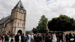 ក្រុមអ្នកកាន់សាសនាឥស្លាមប្រមូលផ្តុំនៅពីមុខវិហារមួួយ នៅក្រុង Saint Etienne តំបន់ Normandy ប្រទេសបារាំង កាលពីថ្ងៃសុក្រ ទី២៩ ខែកក្កដា ឆ្នាំ២០១៦។