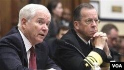 Menteri Pertahanan AS Robert Gates (kiri) saat menyampaikan keterangan di depan Komite Angkatan Bersenjata Kongres AS (31/3).