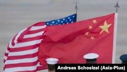 美中兩國國旗。