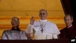教宗弗朗西斯从圣彼得大教堂的中心凉台向信众挥手致意