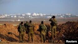Tentara Israel mengawasi wilayah Gaza dari Israel (3/8). Israel dan Hamas menyepakati gencatan senjata 72 jam mulai Selasa (5/8) pagi.