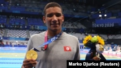 Muogeleaji wa Tunisia Ahmed Hafnaoui ameushangaza ulimwengu baada ya kutwaa medali ya dhahadu katika mita 400 wanaume Tokyo Japan.