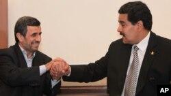 Foto de 2013, en la que el entonces presidente iraní, Mahmoud Ahmadinejad, saluda a Nicolás Maduro, a la sazón, vicepresidente de Venezuela.