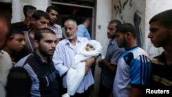20일 이스라엘의 공습으로 하마스 지도자 무함마드 데이프 아내의 친척과 그의 갓난 아들가 사망한 것으로 알려졌다. 한 남성이 사망한 아기의 시신을 안고 있다.