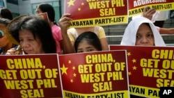 Dân Philippines biểu tình trước Lãnh sự quán Trung Quốc trong thành phố Makati phản đối Trung Quốc dùng vòi rồng tấn công tàu đánh cá của ngư dân Philipines 3/3/14