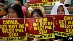 Người Philippines biểu tình phản đối trước lãnh sự quán Trung Quốc tại khu tài chính Makati, phía đông Manila.