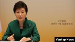 박근혜 대통령이 11일 청와대에서 열린 회의에서 발언하고 있다.