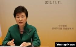 Vụ án này dựa trên một bài báo mà ký giả Kato viết hồi năm ngoái về tin đồn cho rằng Tổng thống Park Guen Hye đã vắng mặt 7 giờ đồng hồ khi xảy ra thảm hoạ phà Sewol vì bà 'bận tằng tịu' với một viên phụ tá có vợ.