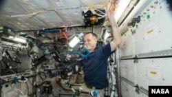 Астронавт НАСА Рікі Арнольд знімає відео на МКС