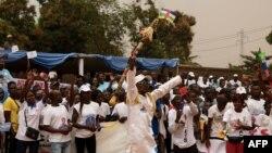Wafuasi wa Rais Faustin Archange Touadera wakikusanyika wakati wa ufunguzi wa kampeni yake ya kinyang'anyiro cha uchaguzi wa rais Bangui, Disemba 12, 2020.