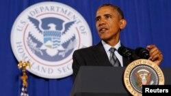 Presiden AS Barack Obama berbicara mengenai anggaran 2016 di kantor Departmen Keamanan Dalam Negeri di Washington DC, Senin (2/2).
