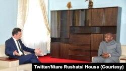 Stéphane Gruenberg aserukira Ubufaransa mu Burundi kumwe na Perezida Ndayishimiye w'Uburundi.
