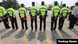4일 오전 경기도 파주시 임진각에서 경찰이 자유북한운동연합 박상학 대표를 가로막으며 대북전단살포를 저지하고 있다.