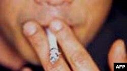 VN: Nhiều người vẫn thờ ơ trước lệnh cấm hút thuốc nơi công cộng