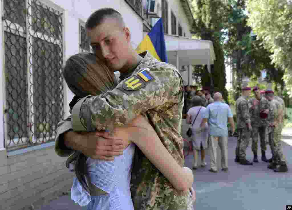 دختر اوکراینی برای شرکت در انتخابات پارلمانی به حوزه رای گیری رفته بود که دوست پسرش را دید. این مرد جوان که در حال خدمت در ارتش است، برای حفاظت از انتخابات آنجا بود.
