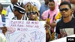 Para demonstran di ibukota Abuja melakukan unjuk rasa atas kenaikan harga BBM setelah penghapusan subsidi (6/1).