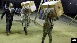 투표함을 개표소로 옮기는 이집트 군인들