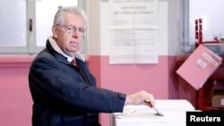 Perdana Menteri Italia Mario Monti tengah memasukkan surat suaranya ke kotak suara di salah satu TPS di Milan, 24 February 24 2013.